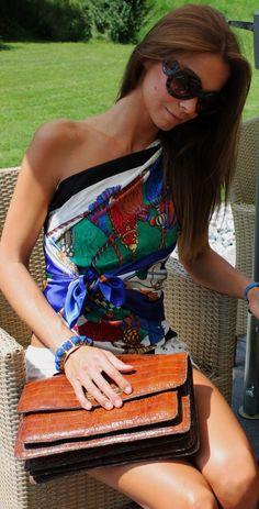 A few month ago I got the Knotting Cards Box at Hermès and immediately fell in love with this wonderful little orange box. A smal. Scarf Top, Scarf Dress, Scarf Shirt, Diy Fashion, Ideias Fashion, Fashion Outfits, Model Outfits, Fashion Scarves, Vintage Fashion 1950s