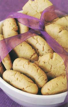 Dié koekies sal nie lank in die koekblik hou nie! Biscuit Bar, Biscuit Cookies, Biscuit Recipe, Kos, Baking Recipes, Cookie Recipes, Peanut Butter Biscuits, Coffee Biscuits, Caramel Cookies