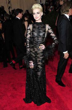 Anne Hathaway en la alfombra roja de la gala MET 2013 en Nueva York