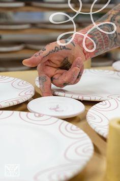 Bevor die Keramik in den Ofen kommt, muss jedes Stück von Hand gesetzt werden 😌Dabei darf die Farbe des Designs nicht berührt werden ☝🏼️#gmundnerkeramik #handgefertigt #handmade #madeinaustria #derwegdeskruges #eintauchen #weltdergmundnerkeramik #produktionsschritte #stepbystep #brennhaus Designs, Place Cards, Place Card Holders, Handmade, Colour