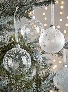 Christmas Tree Decorations, Traditional Gold & Silver Glass Baubles UK White Christmas Tree Decorations, Silver Christmas Tree, Ribbon On Christmas Tree, Noel Christmas, Christmas Tree Toppers, Christmas Bulbs, Christmas Crafts, Beach Christmas Trees, Glass Christmas Tree Ornaments