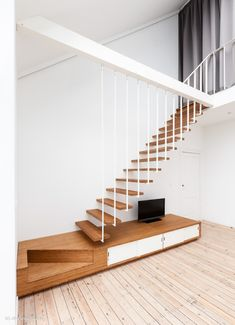 Escalier suspendu Up de Jo-a intégrant un meuble TV bas et quart tournant. Up Suspended staircase with low TV-set #design #stairs #staircase #architecture #escalier