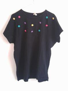 T-Shirt mit bunten Knöpfen