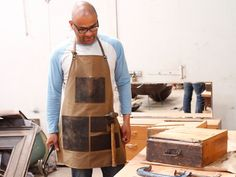 This canvas apron is the ideal gift for any occassion! Not only is this mens leather apron great as a work apron, it can be used as a kitchen or BBQ apron.