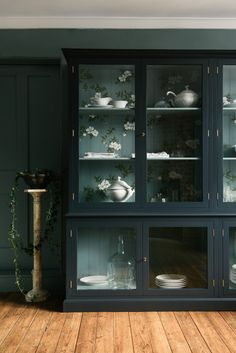 A deVOL Curiosity Cupboard with hand-painted back panels. Flowers on walls or in cupboards; just a suggestion of colour that will transform the look of your kitchen in a beautifully subtle way. Wall Cupboards, Painted Cupboards, Glass Cabinets, China Cabinets, Design Shop, Wallpaper Ceiling, Devol Kitchens, Museum Displays, Hand Painted Walls
