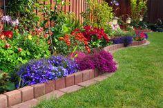 Тротуарной плиткой можно выложить бордюр любой конфигурации, какая нужна для зонирования вашего газона