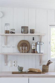 Öppna hyllor i snickeribyggt kök från Sommarnöjen. #fritidshus #sommarhus #attefallshus #interiör #skandinaviskdesign #naturmaterial #snickeri #skandinaviskahem #skandinavisk #arkitektur #öppnahyllor #kök #massivtträ Bungalow, Sweden House, Kitchen Cart, Home Kitchens, Floating Shelves, Cottage, Shabby Chic, Interior Design, Inspiration