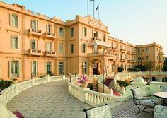 PRÄSENTATION Besuchen Sie das Sofitel Winter Palace Luxor, ein im Jahr 1886 von britischen Entdeckern erbautes 5-Sterne-Luxushotel. Es liegt inmitten prächtiger tropischer Gärten und alter Tempel am Nil. Das opulente Hotel in Luxor vereint Kolonialdesign