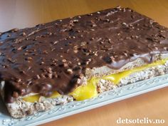 "Suksesskake with ""Firkløver"" glaze (Firkløver is a delicious Norwegian nut filled chocolate) Danish Dessert, Danish Food, Sweet Recipes, Cake Recipes, Dessert Recipes, Baking Cupcakes, Cupcake Cakes, Norwegian Food, Norwegian Recipes"