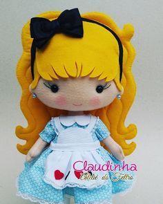 Tem uma Alice muito fofa aqui no ateliê ❤️ uma peça linda para decoração de festa 😍. . . #decoracaomenina #decoracaoalice… Felt Patterns Free, Doll Patterns, Felt Decorations, Sewing Dolls, Lol Dolls, Felt Toys, Stuffed Animal Patterns, Felt Christmas, Felt Art