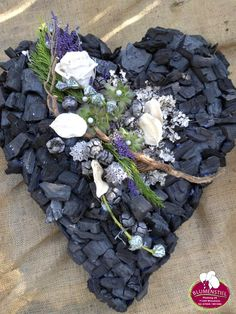 Gedenktage im November Grave Flowers, Funeral Flowers, Christmas Arrangements, Floral Arrangements, Diy Wreath, Mesh Wreaths, Cemetary Decorations, Casket Sprays, Funeral Tributes
