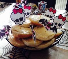 Ide til Monster High fødselsdag - print små billeder ud fra Monster High - fx flagermusen og skelettet med sløjfen og tape tandstikker på - herved kan de bruges til pynt til fx boller.
