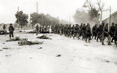 """Verona 26 Aprile 1945 - Dopo gli scontri della notte i fanti dell'85th US Infantry Division  attraversano il """"The Bloody Corner"""" scortando prigionieri tedeschi"""