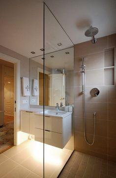 Bathroom with simple lines and light decoration. // Baño con líneas simples y luz baja de decoración