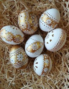 madeirové kraslice | Emiska-Moje malé dielka Egg Shell Art, Carved Eggs, Easter Egg Designs, Ukrainian Easter Eggs, Faberge Eggs, Egg Art, Egg Decorating, Dot Painting, Easter Crafts