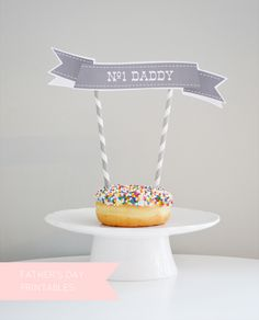 free printable dessert topper and all about my daddy questionnaire from Daffodil Design Happy Fathers Day Cake, Fathers Day Banner, Fathers Day Crafts, Cake Bunting, Cake Banner, Dad Cake, Daddy Day, Printable Banner, Free Printables