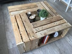 Coffee table consists of 4 (Apple crates) wooden boxes are just pumice, securely assembled. The whole is mounted on vintage casters. Apple Crates, Recycled Furniture, Wooden Boxes, Wood Projects, Recycling, Living Room, Plein Air, Dimensions, Room Ideas