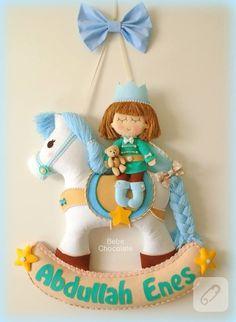 Keçe ile hazırlanmış bebek odası kapı süsleri ve bebek hediyelikleri görmek isterseniz sallanan atlı mavi prens kapı süsü, bebek anı defteri takımı ve daha pek çok keçe işi....