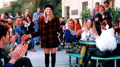 6. As Patricinhas de Beverly Hills O filme As Patricinhas de Beverly Hills é um clássico! A gente sabe que você ama assistir ao filme quando reprisa na TV! Mas, além disso, o filme foi um dos responsáveis pelo sucesso de comédias românticas ambientadas em colégio. Como não amar?! Quando o filme estreou, em 1995, o figurino virou moda e a patricinha Cher, vivida pela atriz Alice Silverstone, ícone fashion. Itens como saia de prega, candy colors e meias 3/4  voltaram com tudo!