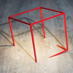 Les traits offerts à la lampe Urbicande par son designer, Cédric Dequidt, offrent l'illusion subtile de l'encastrement d'un cube dans son support. L'éclairage LED est finement incrusté à la structure de l'objet aux lignes minimalistes, renforçant ainsi l'illusion d'optique et donnant une impression de légèreté.  La lampe Urbicande est éditée par Roche Bobois. Dimensions : 26x26 cm et 36x36 cm