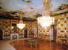 Casa del Labrador . Aranjuez (Madrid) Sala de baile es la sala más grande del palacio. En esta encontramos una mesa de malaquita que fue un regalo del zar Alejandro II a la reina Isabel II con motivo de su matrimonio en 1846 con Francisco de Asís.