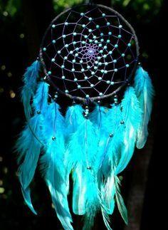 superbe modele d attrape reve en bleu, plumes et jolies perles bleues, dispersées sur la toile