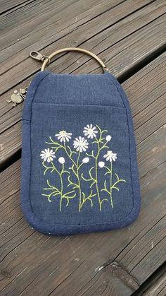 잠깐 가벼운 외출 땐 뭘 들고 나가세요? 핸드폰 넣고 비상금 한 장 넣고 슬리퍼 찌익찍~~ 끌면서 들고가기 ... Hand Embroidery Tutorial, Hand Embroidery Patterns, Embroidery Stitches, Key Pouch, Pouch Pattern, Sewing Art, Patchwork Bags, Fabric Bags, Bag Organization