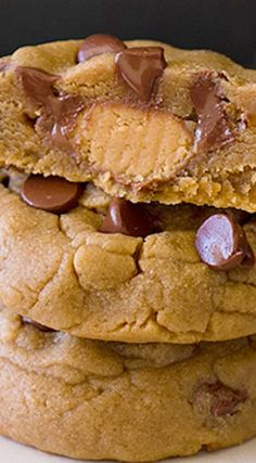 Peanut Butter Chocolate Chip Cookies Reese's peanut butter chocolate chip cookies.Reese's peanut butter chocolate chip cookies. Cookie Desserts, Just Desserts, Cookie Recipes, Delicious Desserts, Dessert Recipes, Yummy Food, Tasty, Dinner Recipes, Yummy Cookies