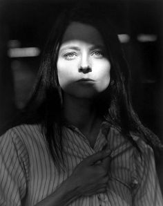 Jodie Foster photographed by Herb Ritts. She, Jodie Foster, in my opinion, is one of the most beautiful women in Hollywood. Jodie Foster, Annie Leibovitz Fotos, Annie Leibovitz Photography, Black And White Portraits, Black And White Photography, Kino Movie, Living Puppets, Herb Ritts, Celebrity Portraits