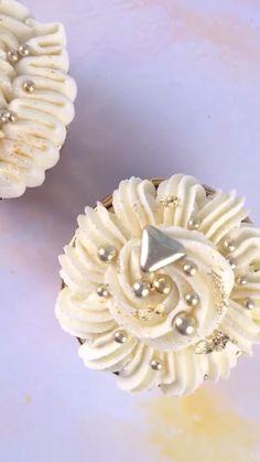 Cupcake Decorating Tips, Cake Decorating Frosting, Cake Decorating Designs, Cake Decorating Techniques, Baby Shower Cupcakes, Cupcake Party, Wedding Cupcakes, Birthday Cupcakes, Cupcake Cake Designs