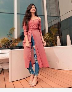 Kurti With Jeans Indian Gowns Dresses, Indian Fashion Dresses, Dress Indian Style, Indian Designer Outfits, Girls Fashion Clothes, Fashion Outfits, Fashion Quiz, Film Fashion, Fashion Games