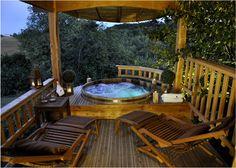 Roulotte & Spa dans les arbres - Spa privatif sur la terrasse de la roulotte avec vue panoramique