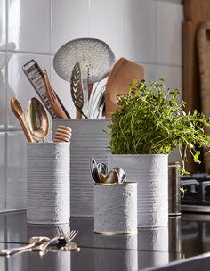 Oude producten hergebruiken: Gebruik je lege soepblikken of oude verfpotten om je keukengerei in te zetten en te organiseren | IKEA IKEAnederland IKEAnl wooninspiratie inspiratie DIY knutselen kookgerei soepblikken blikken FIXA kwast kwasten RÖRT lepel GRUNKA keukengerei DRAGON bestek