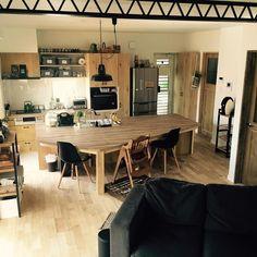 『造作家具のある部屋』ユニークな形のアイランドカウンターはその部屋のためだけに作られた造作家具。1000枚以上の造作の部屋実例を参考にしてみてください Photo:0gat0m0(RoomNo.354512) ▶︎この部屋のインテリアはRoomClipのアプリからご覧いただけます。アプリはプロフィール欄から #RoomClip#interior#interiordesign#decoration#homedecor#interiors#myhome#decorations#livingroom#instahome#homedesign#homestyle#interiordecor#homedecoration#homestyling#homeinterior#インテリア#家#マイホーム#模様替え#くらし#日常#日々#部屋#照明#男前インテリア#キッチン#ダイニング#造作家具