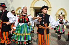 Regional costumes from Łowicz, Poland. Poland Costume, Folk Costume, Costumes, Popular, Culture, Handkerchiefs, Reference Images, Folklore, Regional