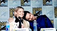 Jen petting the scruff. 😂😂 a fan asked them to re create when Jen laid her head on colins shoulder at the last comic con, and so this happened. Once Upon A Time Funny, Once Up A Time, When You Love, Told You So, My Love, Fantasy Tv Shows, Sdcc 2016, Ouat Cast, Hook And Emma