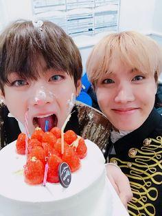 """161230 나랑 셀카 찍자 축하해 울 태형이 #태형생일ᄎᄏ """"Take a selca with me Happy (birthday) our Taehyungie #HappyBdayTaehyung """" Trans cr; Mary @ bts-trans"""
