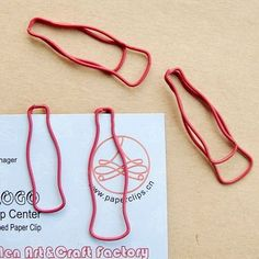 Coke Bottle Paper Clips -- Yes please. Wire Crafts, Diy And Crafts, Wire Bookmarks, Coca Cola Decor, Alphabet Code, T Craft, World Of Coca Cola, Always Coca Cola, Wire Art