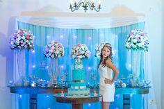 foto debutante na mesa do bolo