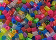 Holed plastic cylinder beads are the best type of beads to use when making bowls. Plastic cylinder beads melt when heat is applied and are a uniform size, so they will melt at the same time. The more beads you use, the larger your bowl will be. Plastic Beads Melted, Plastic Bead Crafts, Melted Bead Crafts, Melted Pony Beads, Pony Bead Crafts, Plastic Plastic, Diy Projects To Try, Crafts To Make, Fun Crafts