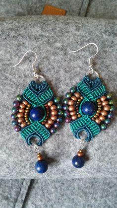Boucles d'oreilles bohèmes pendantes en macramé bleu canard et perles gemmes : Boucles d'oreille par elyss-craft