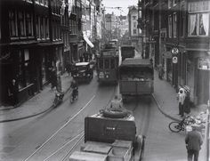 Verkeersellende in de Haarlemmerstraat Amsterdam Holland, New Amsterdam, Old Pictures, Old Photos, Amsterdam Souvenirs, World Cities, The Old Days, Leiden, Street Photography