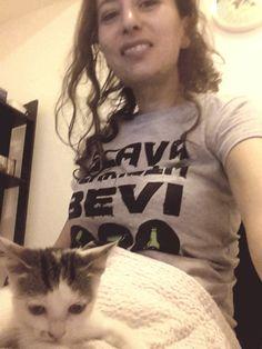 """Antonia con la t-shirt """"Scava, scariola, bevi"""" e gatto http://bit.ly/1suN5EU"""