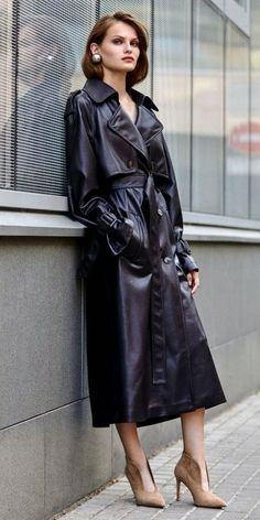 For the love of a woman in a leather coat Leather Jacket Dress, Long Leather Coat, Denim Coat, Leather Trench Coat Woman, Pop Art, Red Raincoat, Leder Outfits, Rain Wear, Elegant Outfit