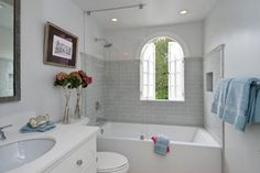 Bathtub with glass half-door
