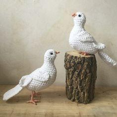 Du magst Tauben und häkelst gern? Dann häkle Dir jetzt gleich eine oder besser gleich zwei Friedenstauben, eine stehend und eine sitzend. Probiers aus.