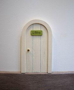 Puerta para el ratón Pérez en color blanco márfil. De forma redonda, como las típicas ratoneras, esta puerta solo puede ser abierta por la mágia del Ratoncito Pérez. Un puerta para el ratoncito Pérez con diseño original de  La iluminista.