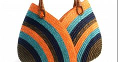 Esta bolsa parece ser feita de dois gorros entrelaçados,rs uma idéia que vou tentar fazer, depois mostro aqui...