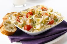 Dans ce plat de pâtes, les tomates et le basilic frais, ingrédients de base de la bruschetta, sont combinés à du poulet et à une sauce à la crème. Prête en moins de 30 minutes, cette recette ravira vos papilles!