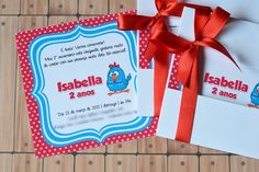 O CONVITE JANELA ACOMPANHA:  -Capinha em papel 180g (Capinhas disponíveis apenas nas cores: azul claro, rosa claro ou branca.)  -Convite em papel glossy 180g. Tamanho 9,5 x 9,5 cm  -Laço de fita de cetim.  *Embalados individualmente em saquinhos tipo celofane    ------ATENÇÃO------    -Em caso de...